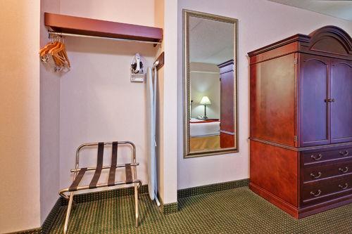 Holiday inn express toronto voyages destination - Bureau de change aeroport de montreal ...