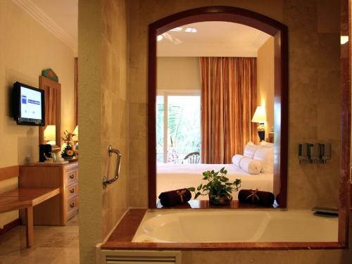 Barcelo Maya Beach Resort suite